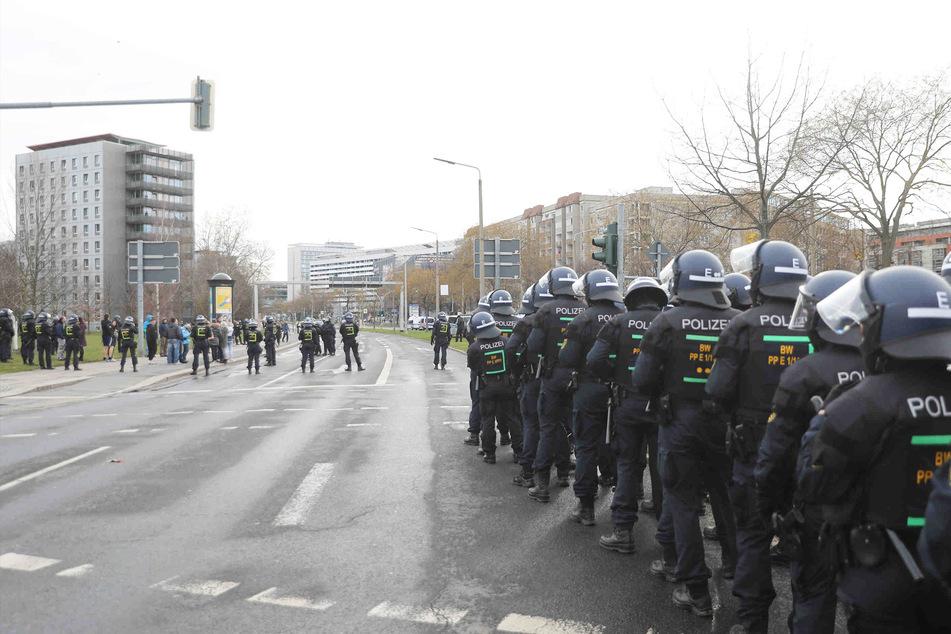 Am Georgplatz warteten einige Polizeibeamte und nahmen die Personalien der Protestierenden auf.