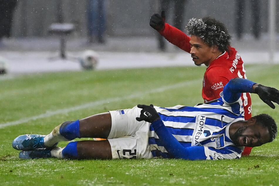Jordan Torunarigha (23) liegt nach dem Zusammenprall mit Bayern Leroy Sané (25) am Boden.