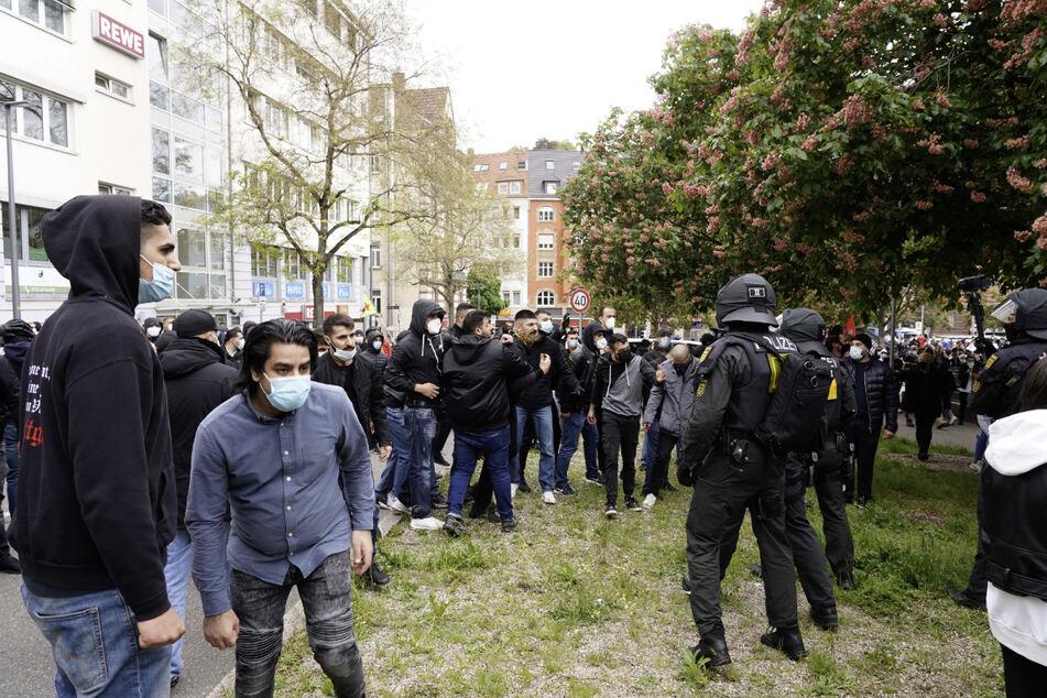 Die Stuttgarter Polizei berichtet von Anfeindungen, verbotenen Ausrufen sowie Provokationen bei der Demonstration auf dem Marienplatz und musste bei einer körperlichen Auseinandersetzung eingreifen.