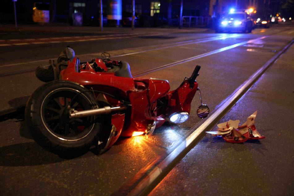 Das rote Moped blieb lädiert auf den Straßenbahnschienen liegen.