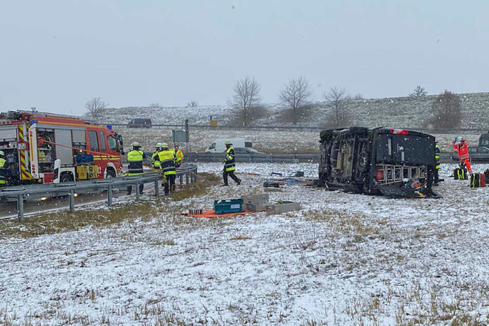 Unfall A99: Schwerer Unfall: Transporter überschlägt sich! Fahrer verletzt