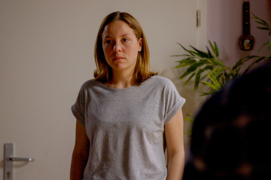 Ina gibt Katrin einen Korb und ist traurig wegen Chiara.