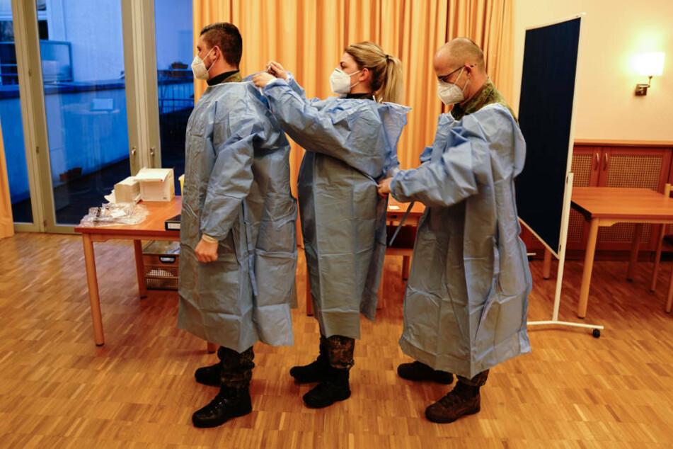 Das Impfteam der Bundeswehr bereitet sich im Pflegeheim Agaplesion Bethanien Sophienhaus in Berlin auf das Impfen vor. Am Sonntag haben die Corona-Impfungen mit dem Covid-19 Impfstoff von Biontech/Pfizer in Deutschland begonnen.