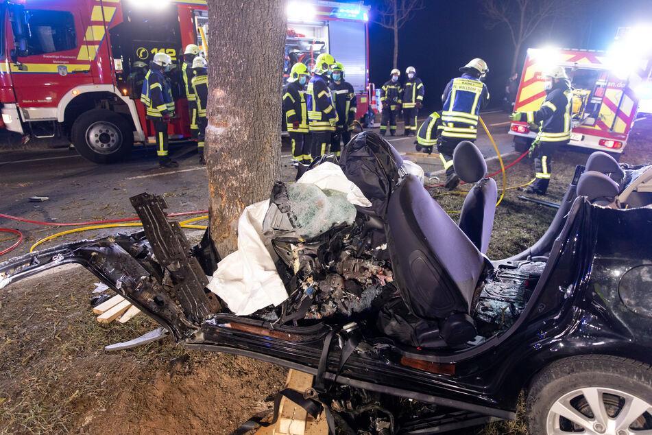 Das Fahrzeug knallte gegen einen Baum und fing Feuer.