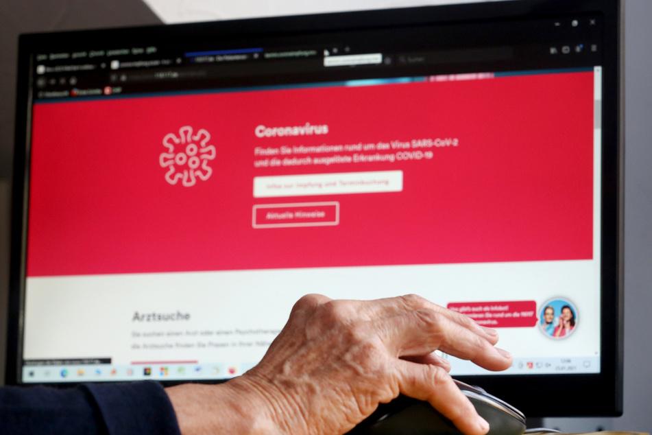 Eine Rentnerin informiert sich im Internet über die Vergabe von Corona-Impfterminen.
