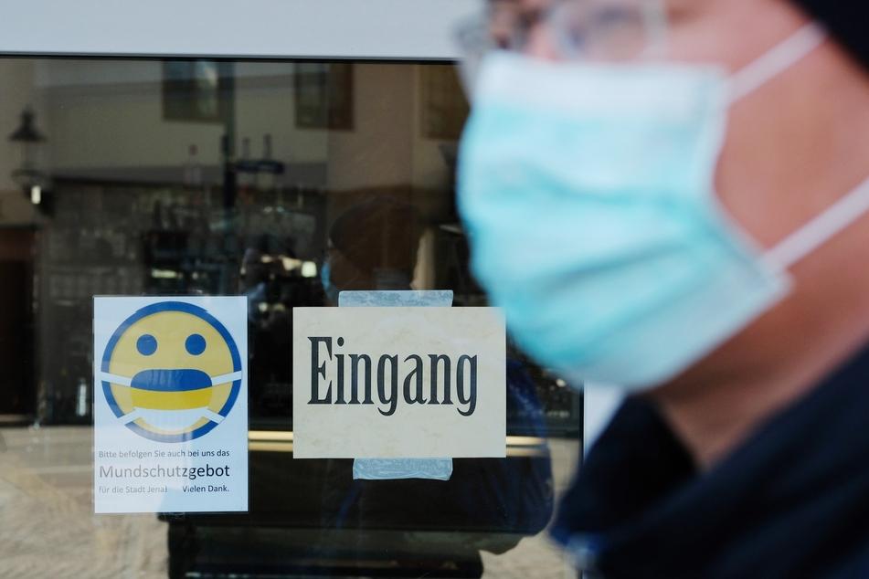 Trotz Abstandsregeln und Mundschutz haben sich fast 800 Menschen in Deutschland mit dem Coronavirus neuinfiziert.