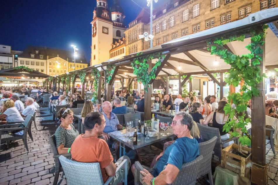 Das Chemnitzer Weindorf ist gut besucht. Die Veranstaltung findet in diesem Jahr aufgrund der coronabedingten Hygieneauflagen und Abstandsregeln auf größerer Fläche auf dem Markt statt.