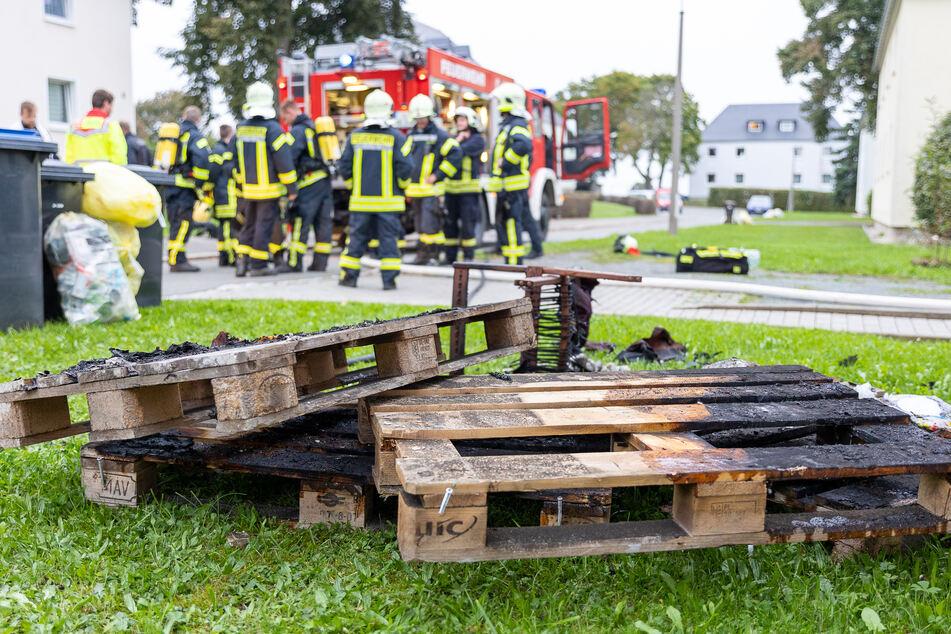 In der Wohnung gingen unter anderem Europaletten in Flammen auf.