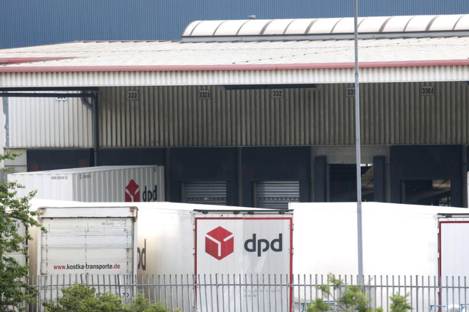 PD-Pakettransporter stehen an der Rampe des Paketsortierzentrum von DPD.