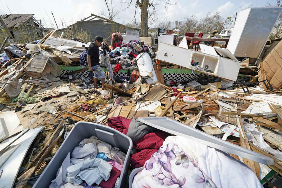"""Menschen durchsuchen die Trümmer ihres durch """"Ida"""" verwüsteten Hauses in Golden Meadow nach persönlichen Gegenständen."""