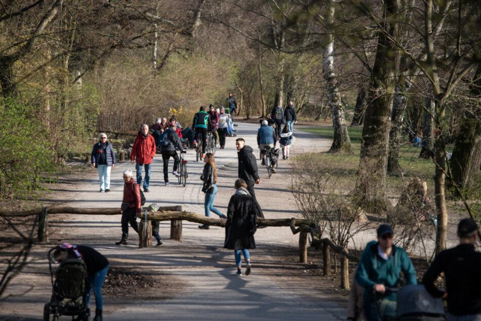 Menschen genießen das Wetter im Volkspark Wilmersdorf.