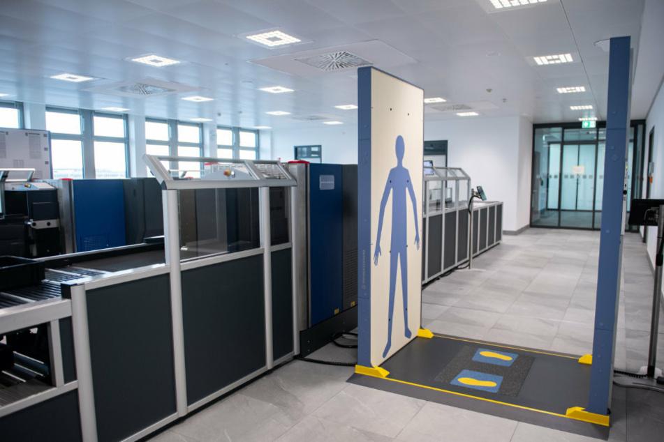 Durchleuchtungsgerätschaften stehen im Bereich der Sicherheitskontrolle vom Regierungsterminal auf dem Gelände des Flughafens Berlin Brandenburg (BER).