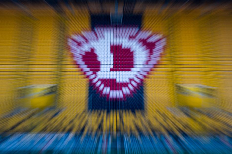 Hochgeklappte Sitze und ein Dynamo Logo sind im Rudolf-Harbig-Stadion zu sehen. (Aufnahme mit Zoomeffekt).