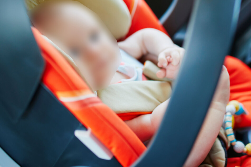 Paketbote findet Baby in Wohngebiet, das ein Autodieb ausgesetzt hatte