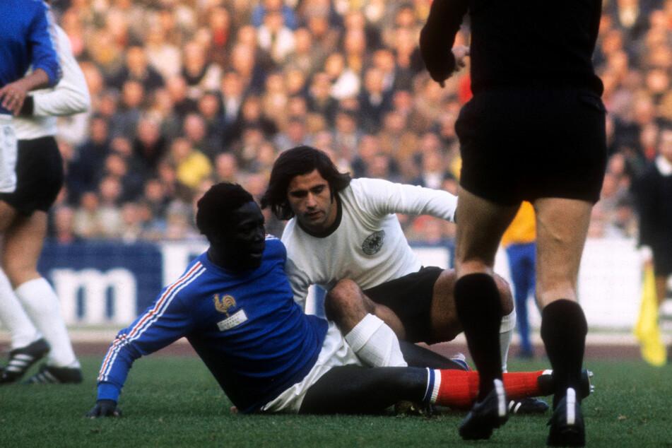 Zwei Nationalspieler, die in diesem Jahr leider gestorben sind: Jean-Pierre Adams (†73, v.-l.) am 13. Oktober 1973 im Duell mit Deutschlands Sturmlegende Gerd Müller (†75, 2.v.r.).