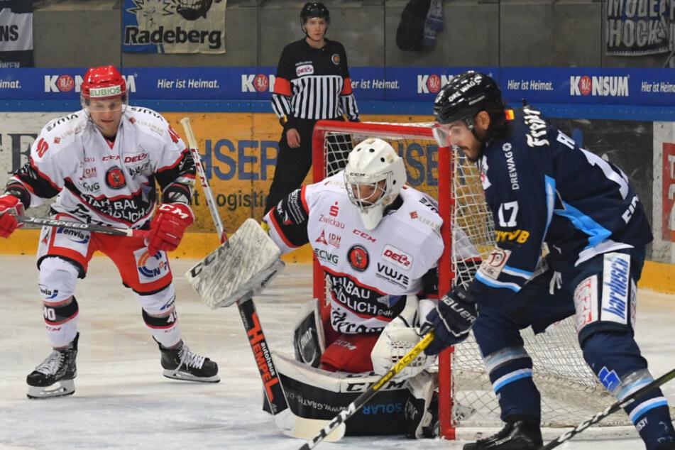 Die Dresdner Eislöwen, die Crimmitschauer Eispiraten (Szene vom Derby am 20. Dezember 2019) sowie die Lausitzer Füchse wollen am 2. Oktober wieder loslegen.