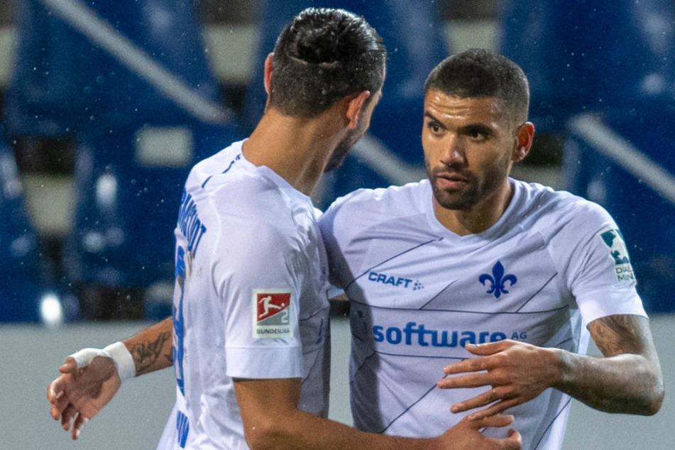 Serdar Dursun gratuliert Torschütze Victor Pálsson (r.) zu seinem Treffer zum 1:0.