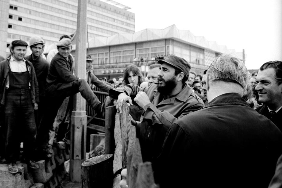 Fidel Castro 1972 - er kehrte nicht nur im Hotel Newa ein. Der kubanische Regierungs-Chef schüttelte auch Bauarbeitern auf der Prager Straße die Hände.