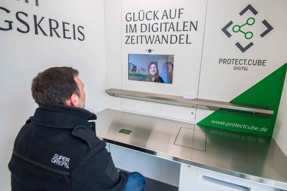 SEIWO-Mitarbeiter Tom Elsner testet den digitalen Behördengang.