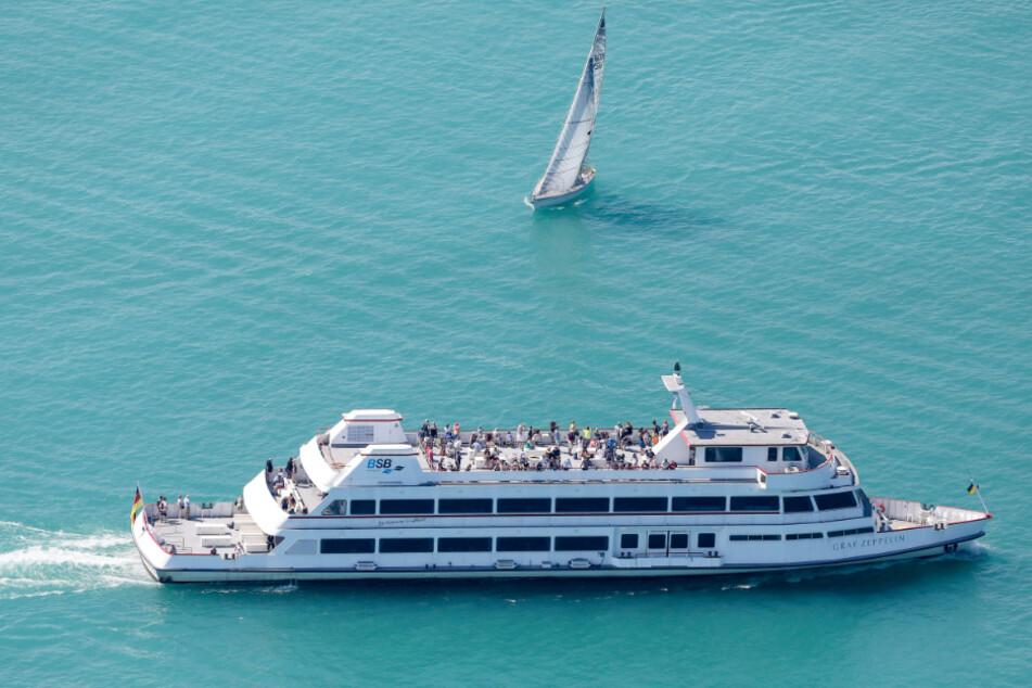 """Konstanz: Das Motorschiff """"Graf Zeppelin"""" und ein Segelboot sind bei sommerlichen Temperaturen auf dem Bodensee unterwegs. Thomas Warnack/dpa"""