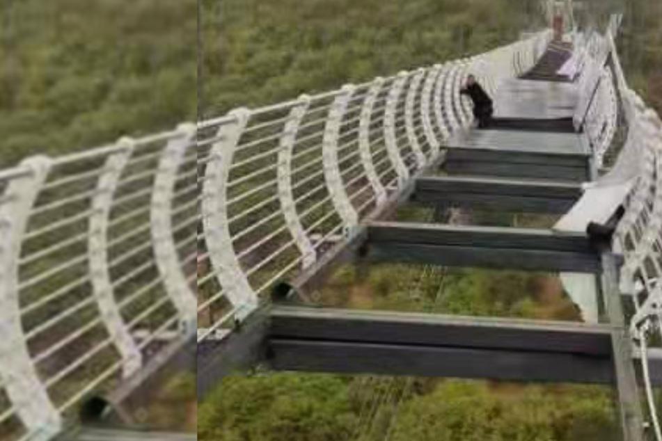 Mann spaziert über 100 Meter hohe Brücke, dann bricht diese plötzlich ein!