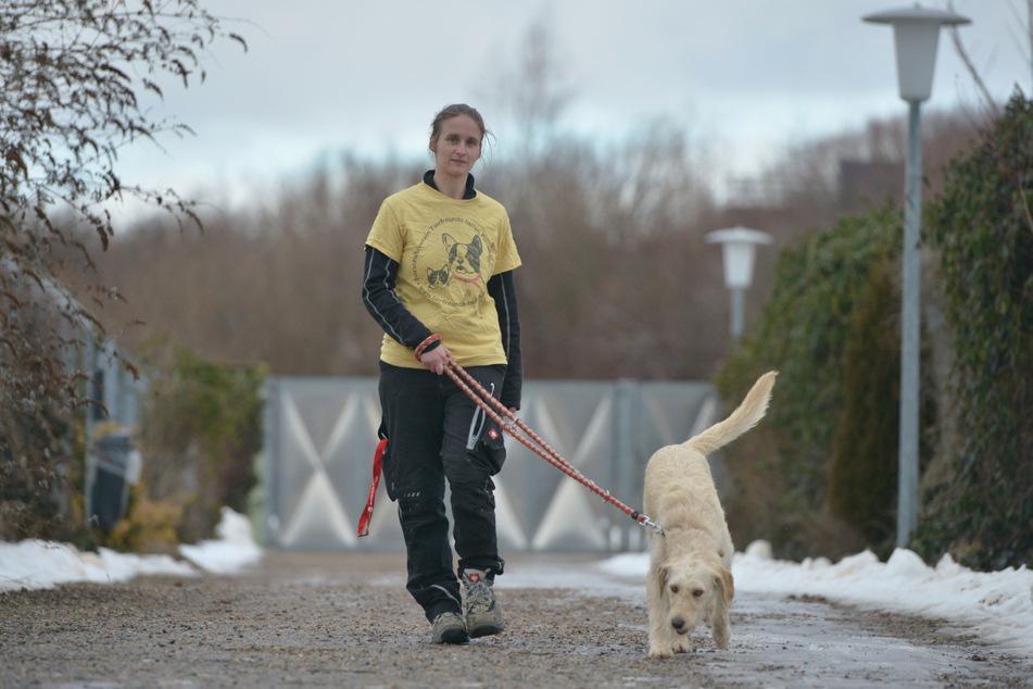Die stellvertretende Leiterin des Tierheims Röhrsdorf, Nicole Braun (33), geht mit Mischlingshündin Bessie (11 Monate) Gassi.