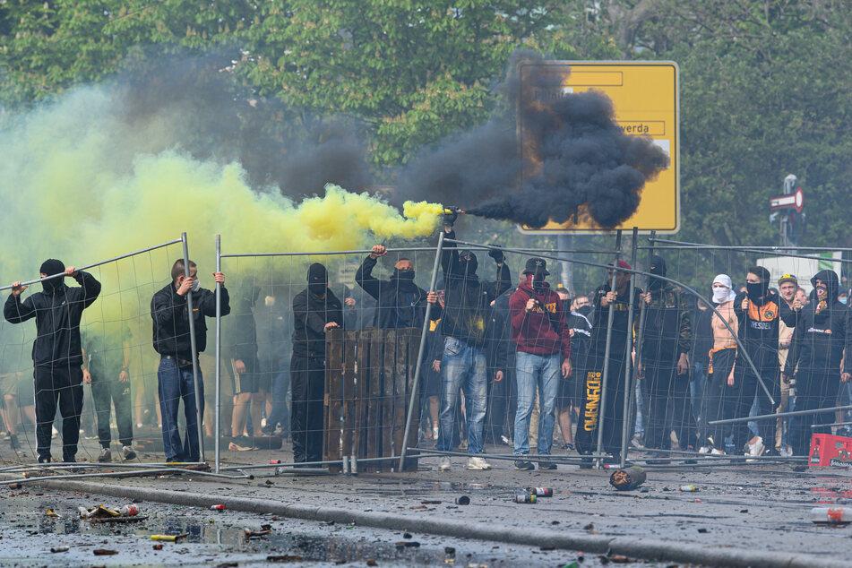 Vor dem Rudolf-Harbig-Stadion randalierten mehrere Menschen, auch Pyrotechnik wurde gezündet.