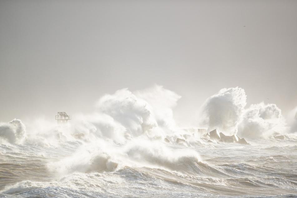 Die Wellen der Nordsee brechen sich vor dem Strand von Helgoland. (Archivbild)