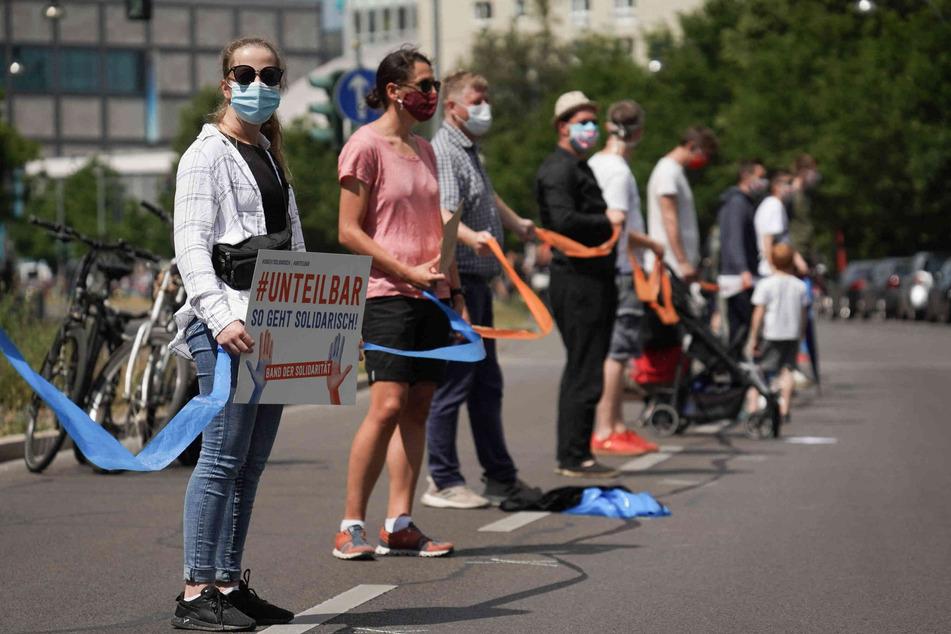 """Tausende spannten ein """"Band der Solidarität""""."""