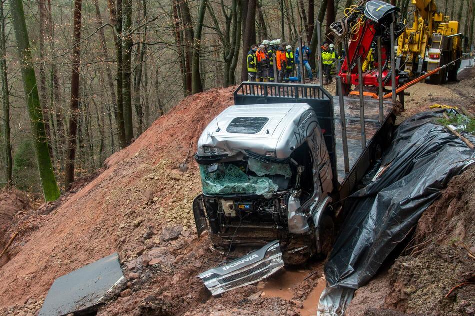 Kreisstraße sackt nach Erdrutsch komplett ein: Bergungskräfte bewältigen Herkulesaufgabe