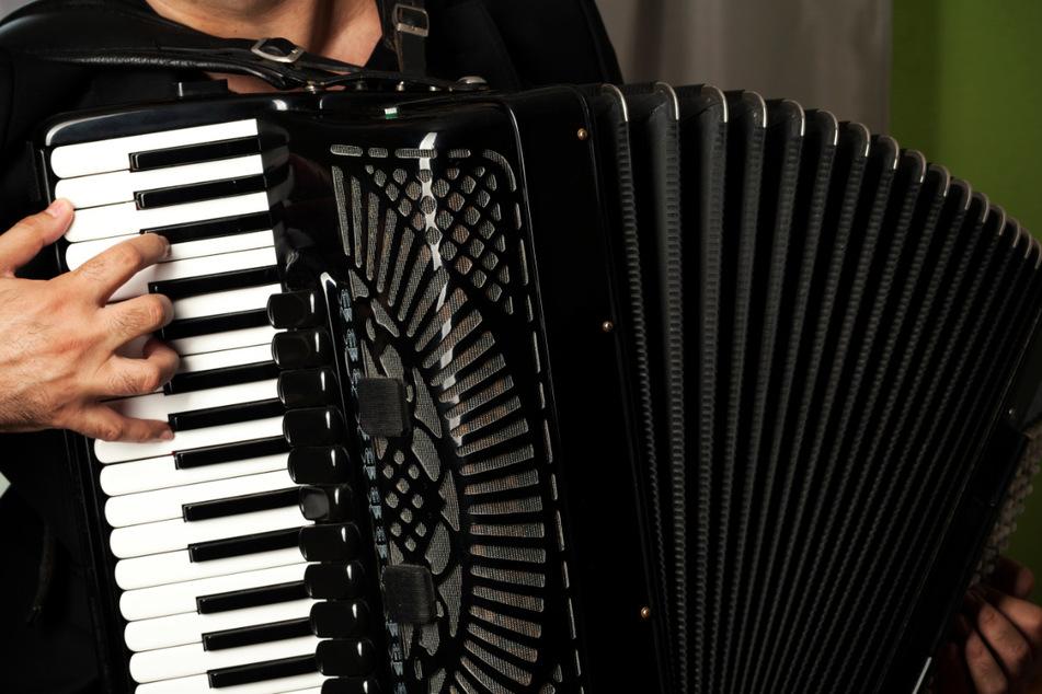 Das Dresdner Akkordeonorchester spielt Werke von Götz, Tschaikowski und Piazzolla.