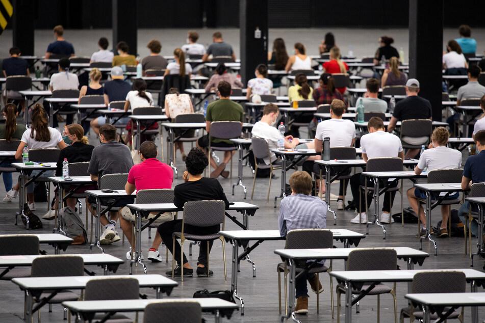 Studenten in Köln schreiben Prüfungen in riesiger Messe-Halle
