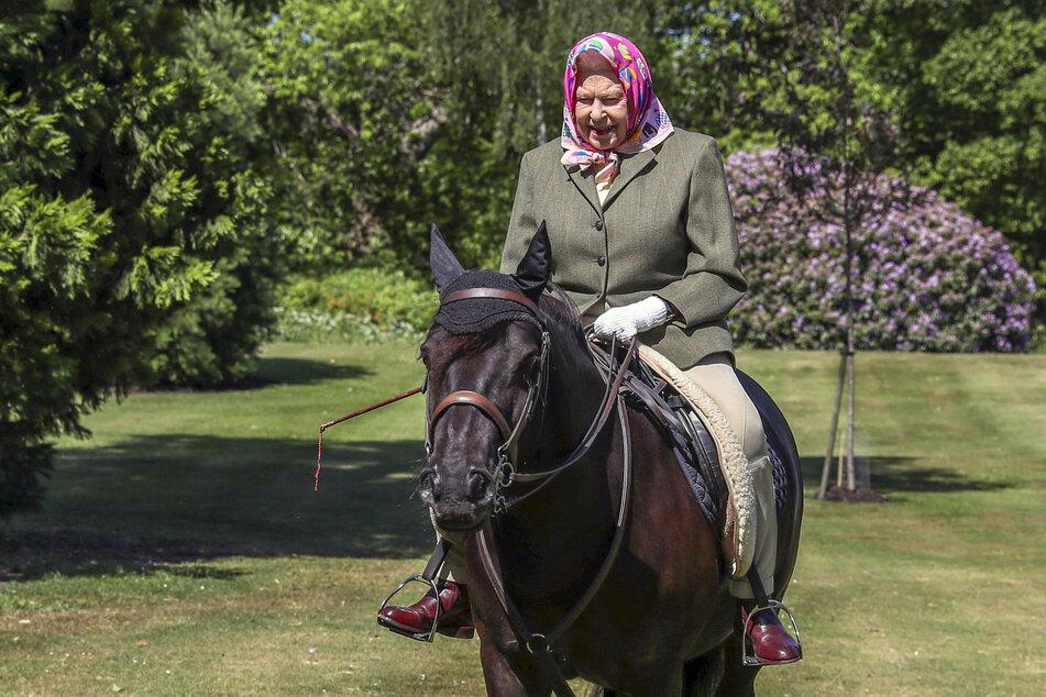 Königin Elizabeth II. (94) reitet im Windsor Home Park auf dem 14-jährigen Fell-Pony Balmoral Fern.