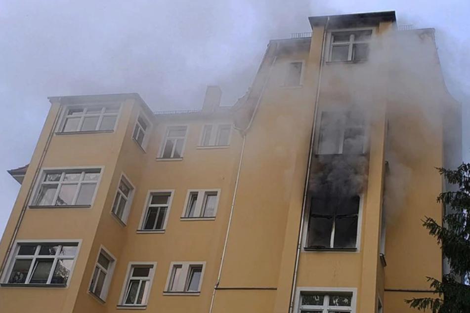 Brand in Mehrfamilienhaus: Junges Ehepaar und Kleinkinder in Lebensgefahr