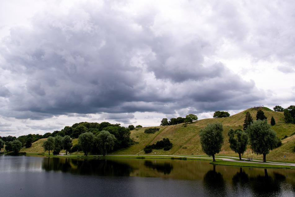 Das Wetter zeigt sich am Wochenende nicht von seiner besten Seite: Dunkle Wolken ziehen auch an den nächsten Tagen über den Olympiapark.