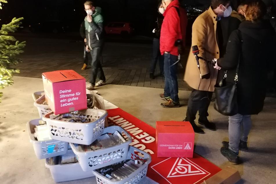 Als Zeichen des Protests: Zehntausende Postkarten werden der Unternehmensleitung übergeben.