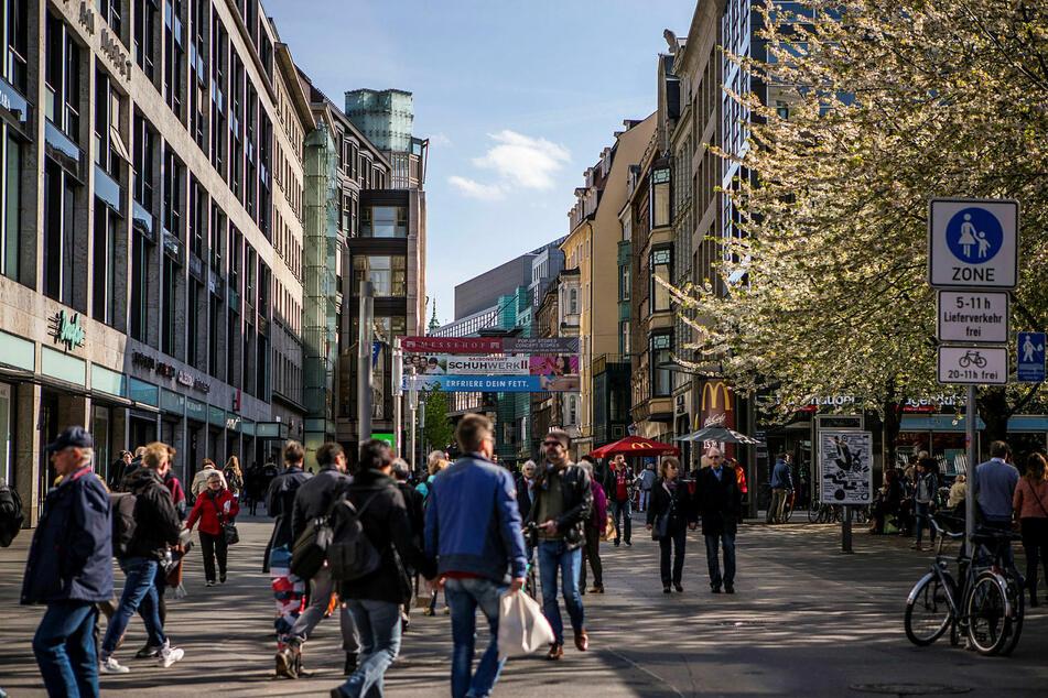 Die Petersstraße ist eine der belebtesten Einkaufsmeilen der Stadt - hier kommen sich die Menschen tatsächlich nahe.