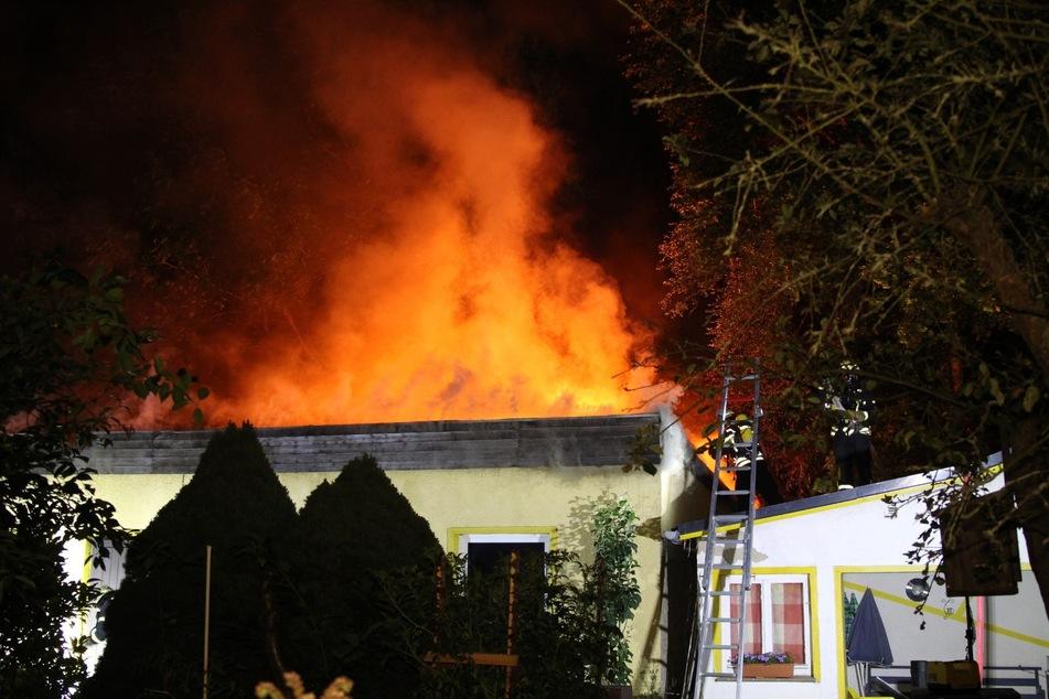 Die große Gartenlaube brannte in voller Ausdehnung.