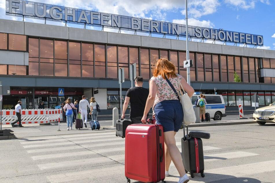 Am Berliner Flughafen Schönefeld sind die ersten Reiserückkehrer aus Risikogebieten auf Corona getestet worden.