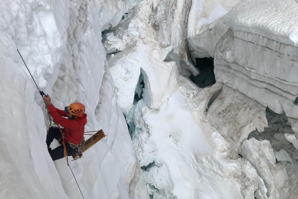 Sich an Gletscherwänden abzuseilen, gehört für den Wissenschaftsjournalisten zum Berufsalltag.