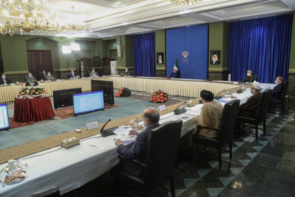 Iran, Teheran: Hassan Ruhani (M.) nimmt an einer Sitzung der Nationalen Arbeitsgruppe gegen das Coronavirus teil.