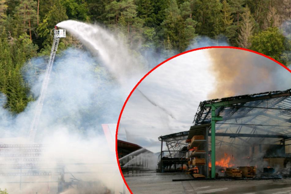 Rauchsäule kilometerweit sichtbar: Sägewerk brennt komplett nieder