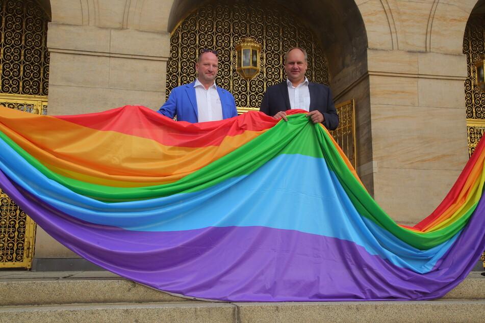 OB Dirk Hilbert (49, FDP, r.) und CSD-Vorstandssprecher Ronald Zenker (48) mit der Regenbogenflagge vorm Rathaus.