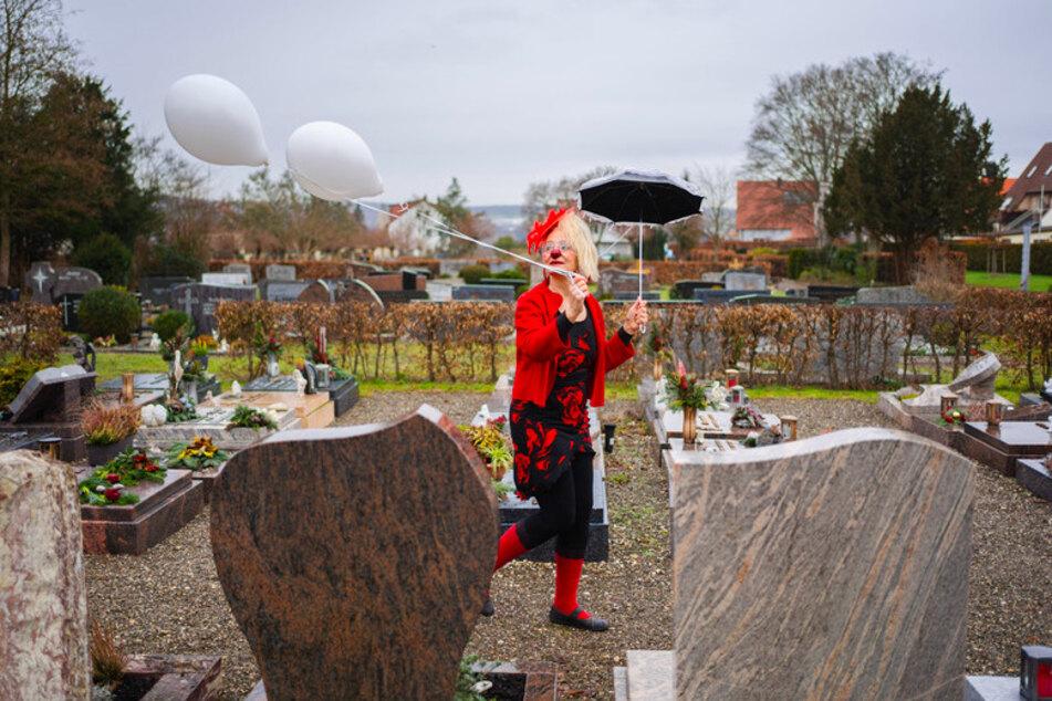 """""""Nicht ganz dicht"""": Was macht ein Clown auf einem Friedhof?"""