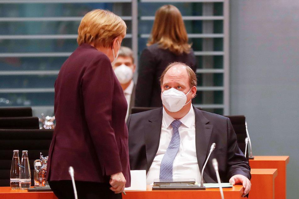 Bundeskanzlerin Angela Merkel (66, CDU), und Helge Braun (48, CDU), Chef des Bundeskanzleramtes und Bundesminister für besondere Aufgaben.