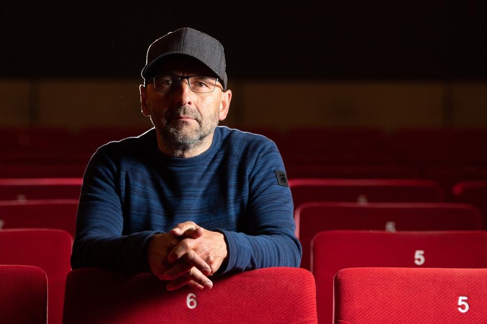 Sven Weser, Geschäftsführer Programmkino Ost, sitzt in einem leeren Kinosaal. Ab dem 15. Mai 2020 dürfen die Lichtspielhäuser im Freistaat nach der Corona-Pause wieder öffnen.