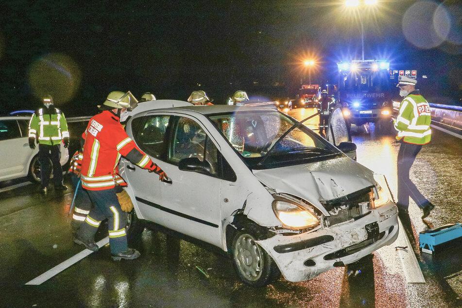 Das Auto wurde bei dem Unfall massiv eingedrückt.
