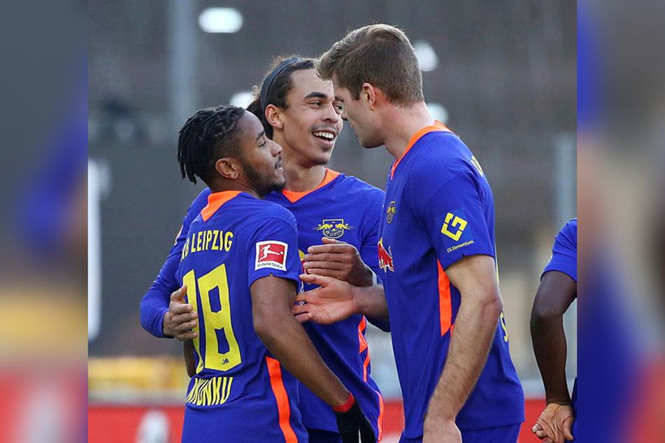 Drei der Matchwinner in einem Bild: Die beiden Torschützen Christopher Nkunku (l.) und Alexander Sörloth (r.) mit 1:0-Assistgeber Yussuf Poulsen.