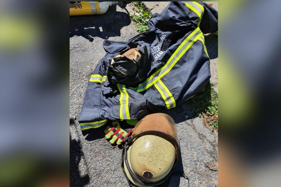 Die durchgebrannte Jacke des Feuerwehrmannes liegt auf dem Boden neben seiner Schutzausrüstung.