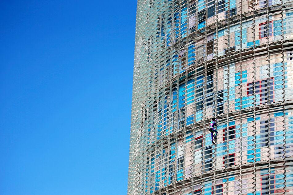 Alain Robert kletterte das 145 Meter hohe Gebäude ohne Sicherung hoch.